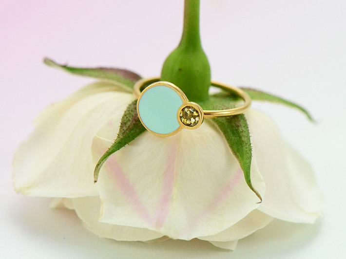 Festive Eclipse ring in gold and mint on upside down rose